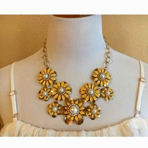 Jewelry - 🆕 Yellow Daisy Pearl Flower Statement Necklace